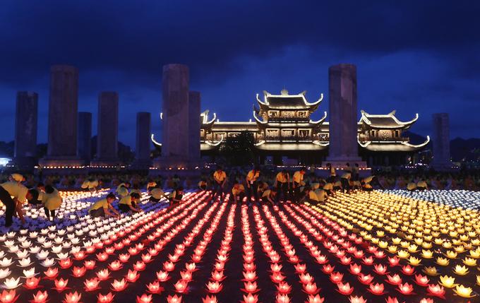 Đại lễ Phật đản 2019 tại chùa Tam Chúc gây ấn tượng mạnh với lễ thả đèn hoa đăng và màn pháo hoa rực rỡ