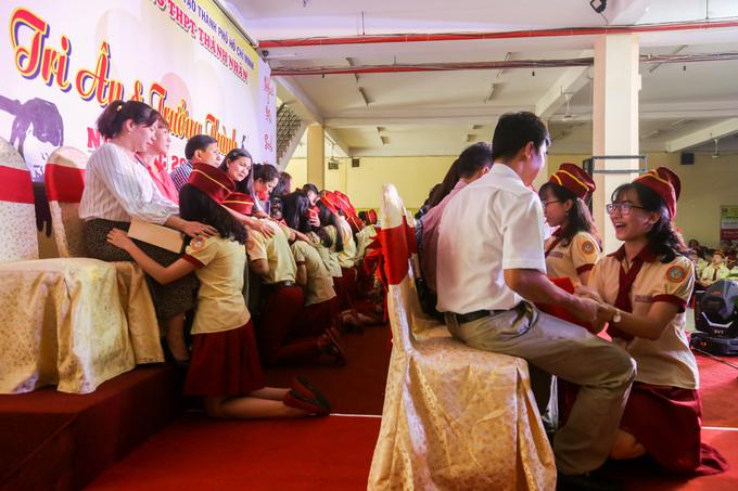 Ảnh 1: Học sinh Sài Gòn quỳ gối trước cha mẹ - We25.vn