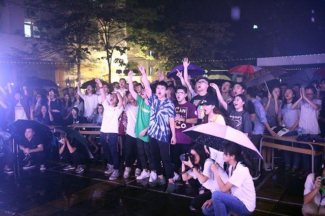 Ảnh 3: Quẩy trong đêm mưa - We25.vn