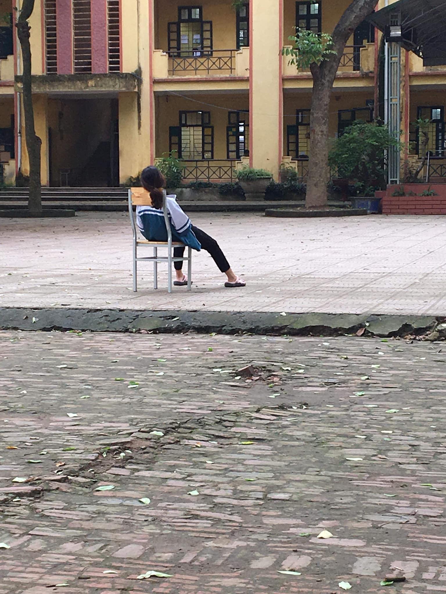 Ảnh 1: Nữ sinh thả lỏng trên ghế - We25.vn