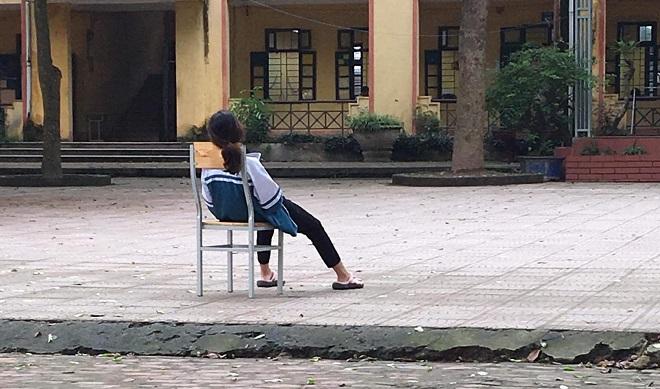 """Xót xa hình ảnh nữ sinh thả lỏng trên ghế giữa sân trường: """"Đừng thi nữa, em mệt rồi!"""""""