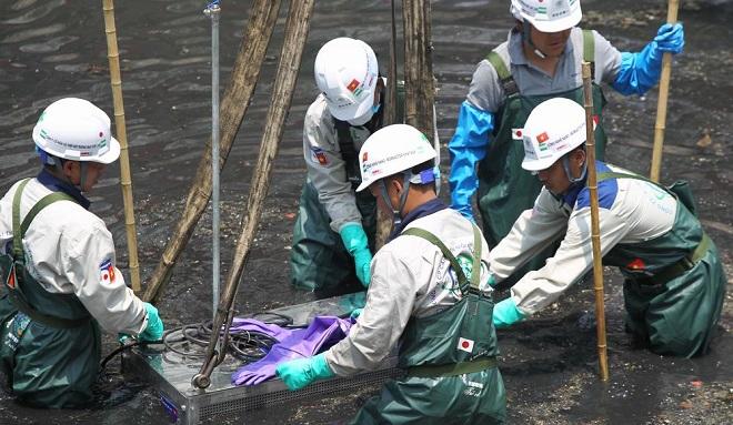"""Bắt đầu dìm """"công nghệ thần kỳ"""" của Nhật Bản xuống bùn đen để làm sạch nước sông Tô Lịch"""