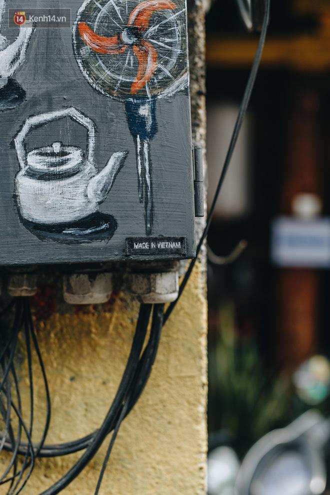 Ảnh 5: Ông Tây râu xồm vẽ tranh lên hộp điện - We25.vn