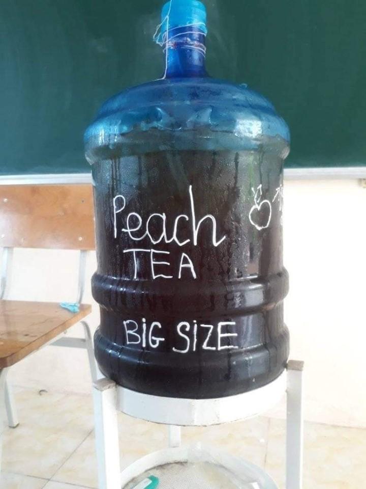 Ảnh 2: Học sinh pha trà đào mát lạnh - We25.vn