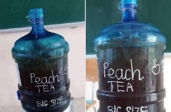 Giải nhiệt mùa nắng nóng, học sinh pha trà đào mát lạnh để cả lớp uống dần thật đã khát