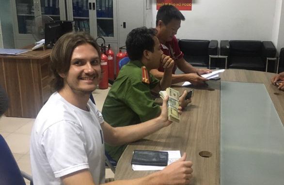 Ảnh 2: Nam nhân viên vệ sinh trả lại 7.400 USD - We25.vn