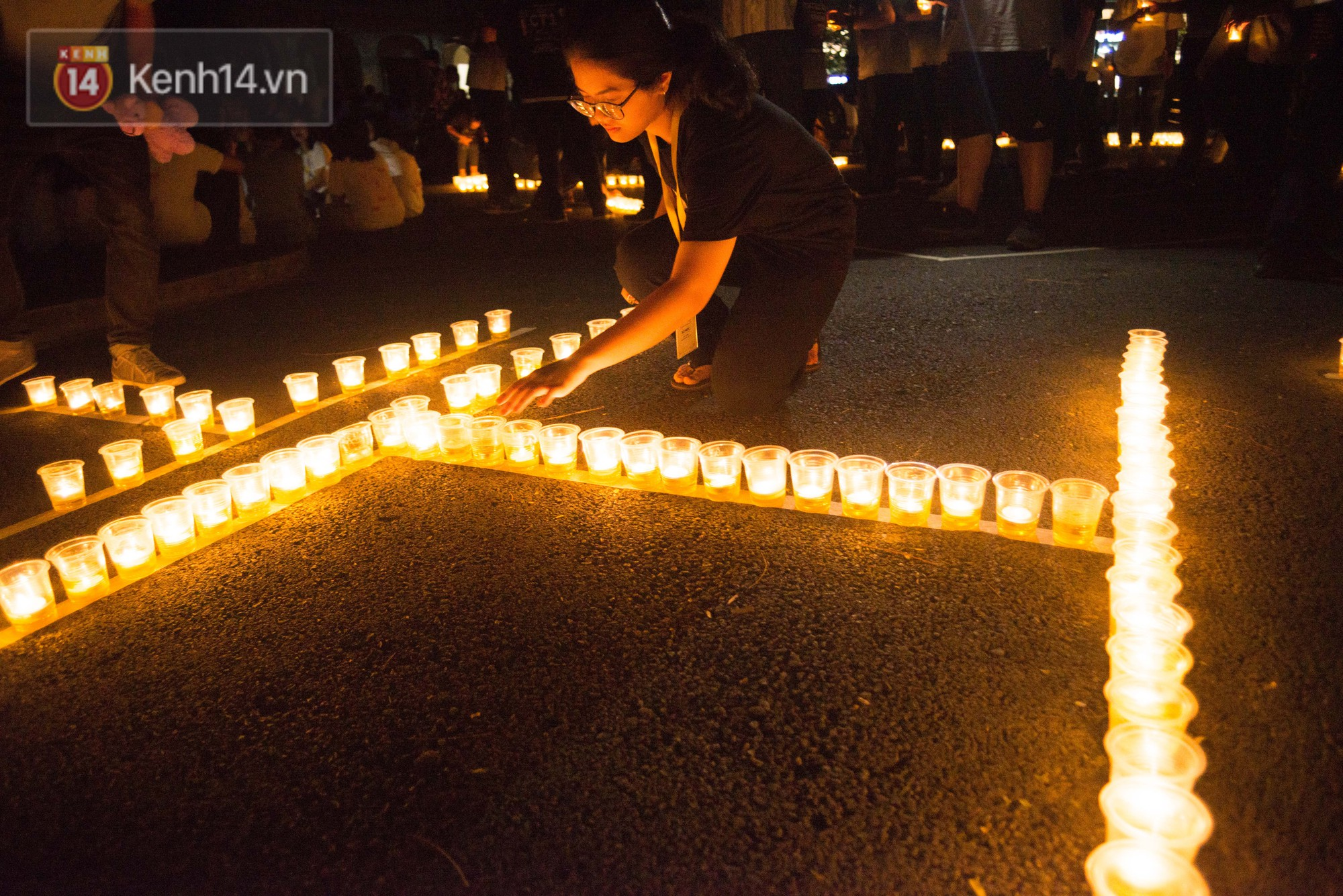 Kế thừa hiệu ứng thắp nến đầy ý nghĩa từ niên khoá trước, năm nay trường chuyên Lê Hồng Phong tiếp tục diễn ra hoạt động thắp nến đi vòng quanh sân trường. Những ngọn nến này chính là ngọn lửa của ước mơ, hoài bão đang cháy lên trong tim của tuổi 18.
