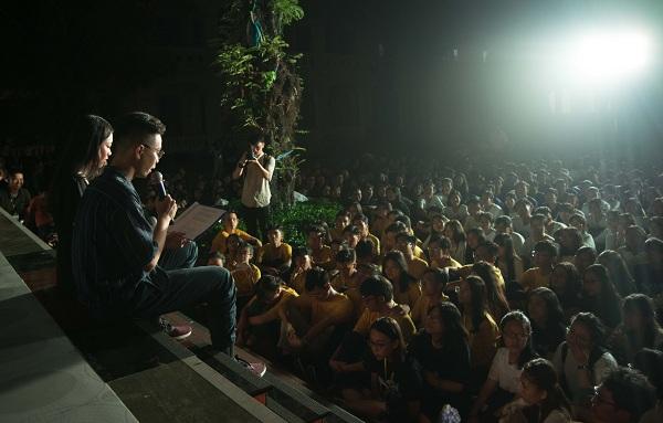 Những khoảnh khắc bên nhau cuối cùng trong đêm chia tay của học sinh chuyên Lê Hồng Phong (TP HCM) là cái ôm, nụ cười, câu chúc đậu đại học chứ không phải là những giọt nước mắt rơi lã chã.