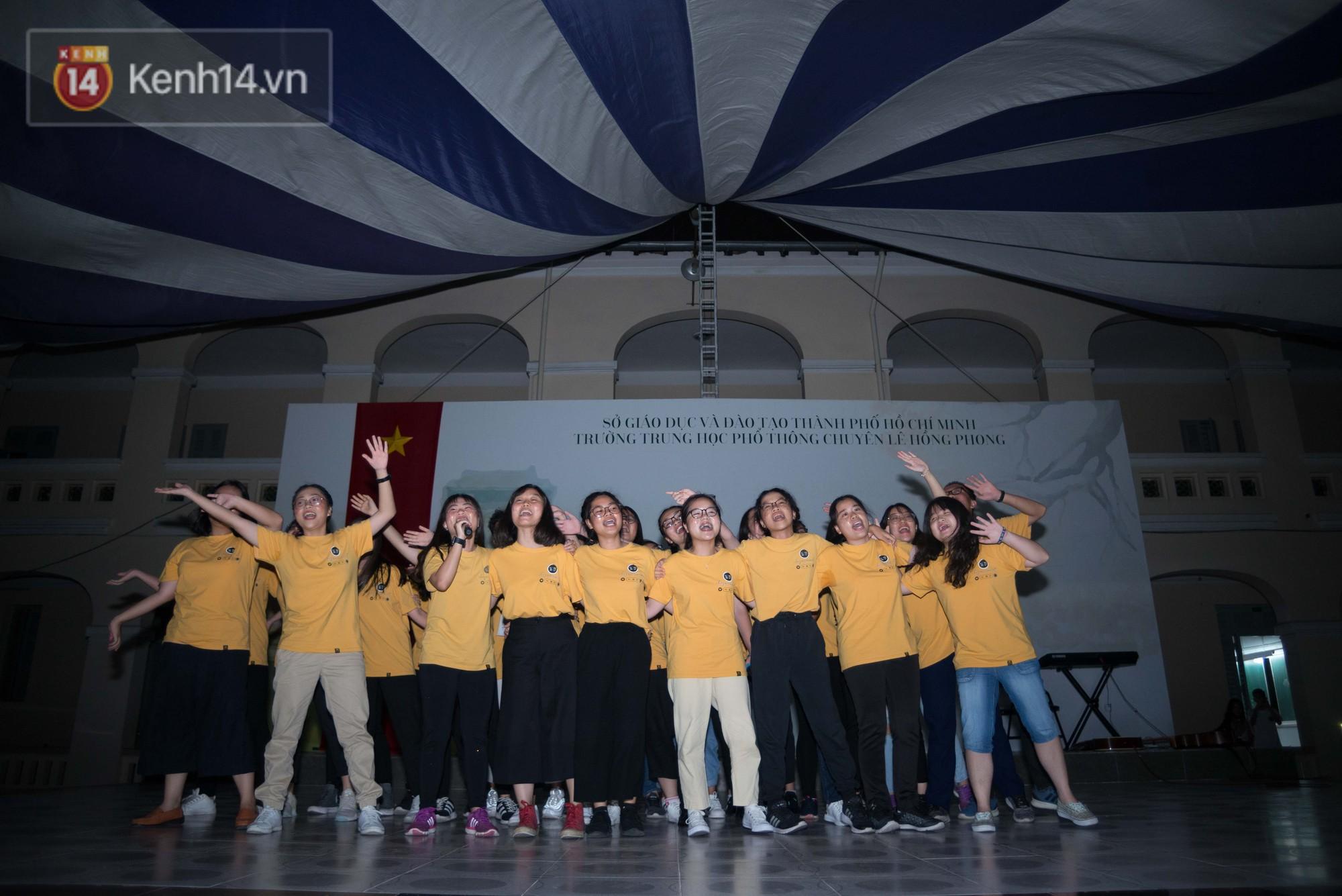 Những bài hát vui tươi được các lớp trình diễn trên sấu khấu nhằm mang đến một đêm chia tay của học sinh chuyên Lê Hồng Phong đầy kỷ niệm đẹp đẽ.