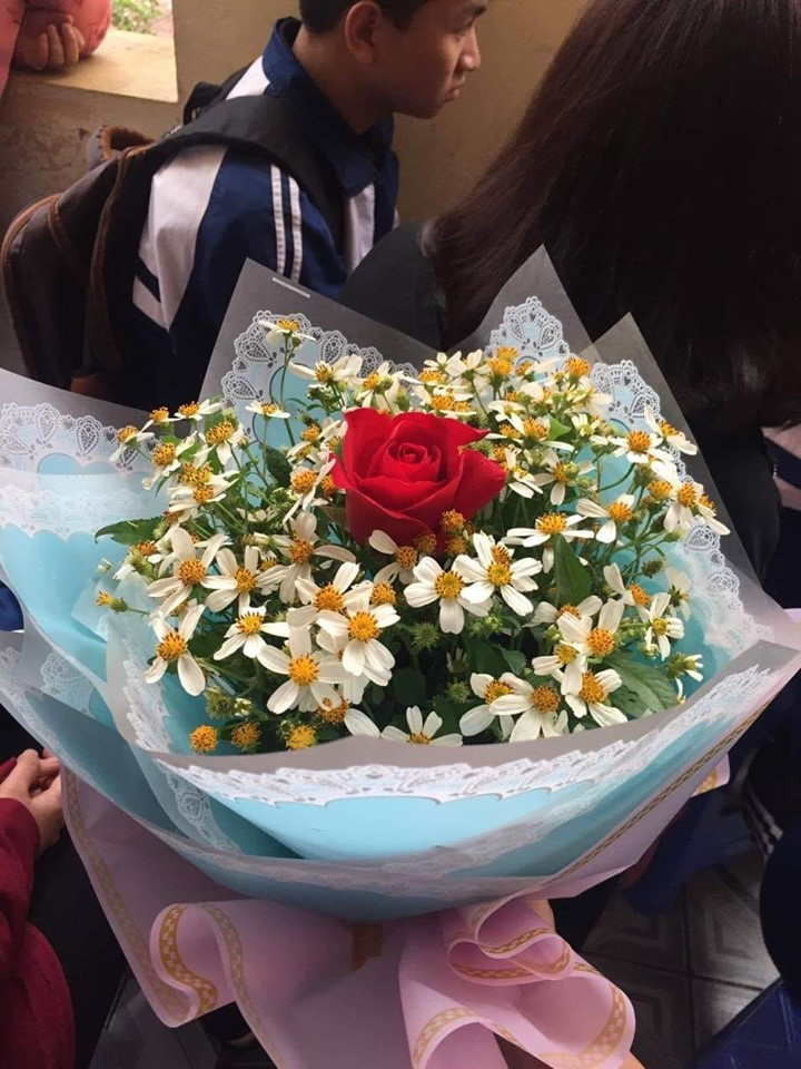 Ảnh 2: Tặng hoa xuyến chi cho tiết mục văn nghệ cuối cấp - We25.vn