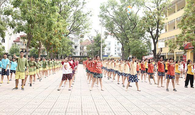 Màn đồng diễn flashmob sôi động được các học sinh cuối cấp cùng nhau thực hiện để ghi lại kỷ niệm đẹp dưới mái trường THPT Yên Hòa.