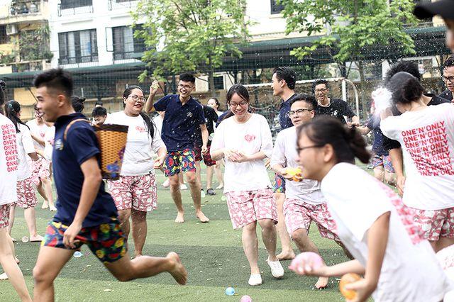"""""""Bữa tiệc bóng nước"""" là điều được mong chờ nhất trong ngày chia tay mái trường."""