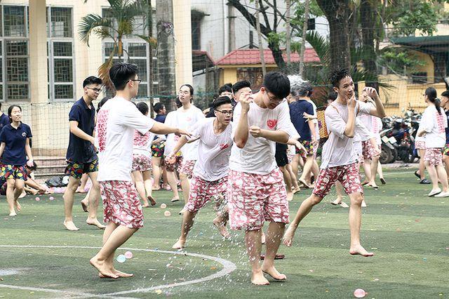 """""""Cuộc chiến"""" bóng nước đầy sôi động chia tay cuối cấp của học sinh trường THPT Yên Hòa"""