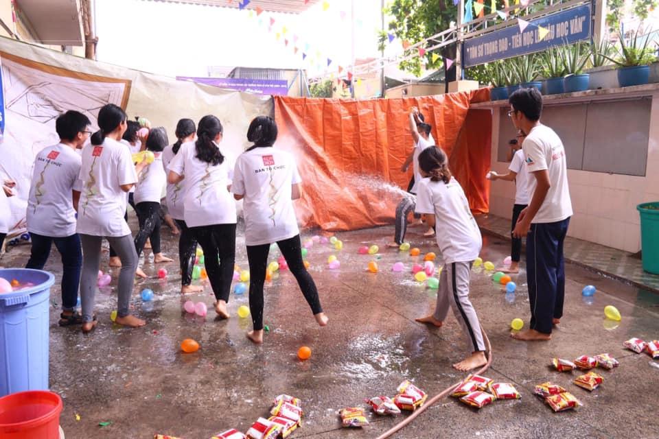 Ảnh 4: Học sinh chống nóng độc đáo - We25.vn