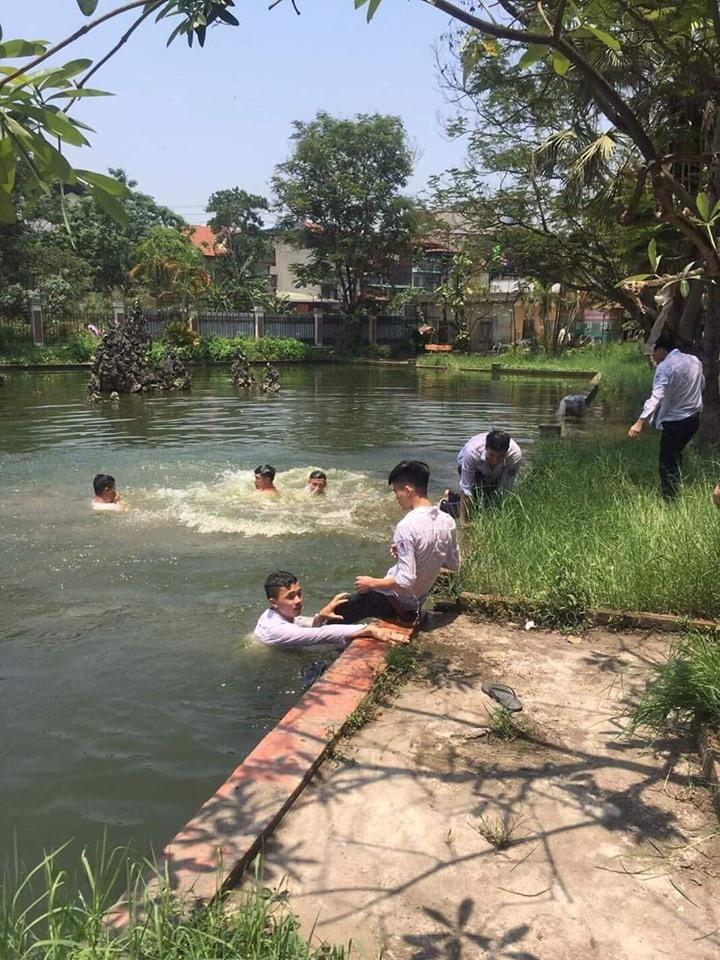 Ảnh 1: Học sinh chống nóng độc đáo - We25.vn