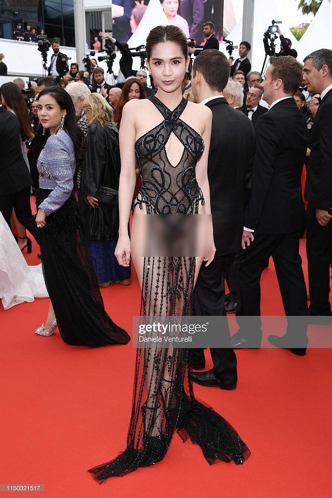 """Clip hậu trường """"khốn khổ"""" của Ngọc Trinh tại Cannes: Đi 1 bước phải gọi người gỡ váy đến 3 lần"""