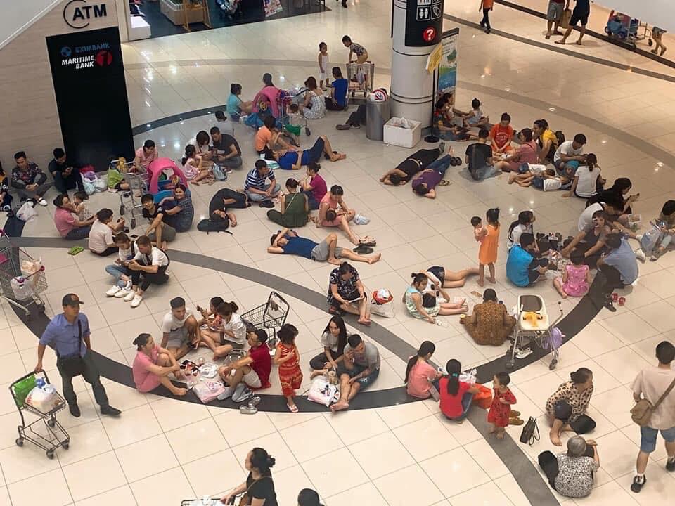 Vào trung tâm thương mại tránh nóng, người dân nằm la liệt thì bất ngờ được phục vụ bàn nghế như vua