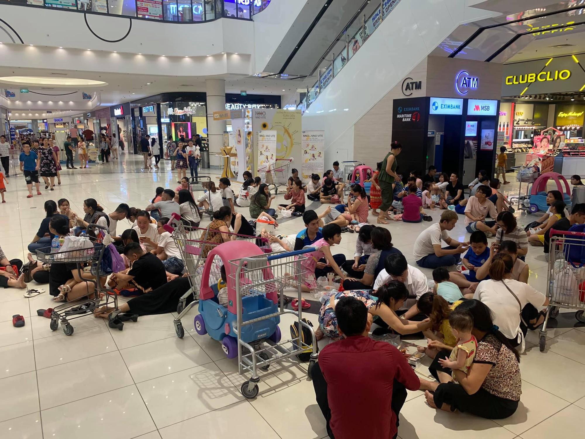 Ảnh 2: Vào trung tâm thương mại tránh nóng - We25.vn