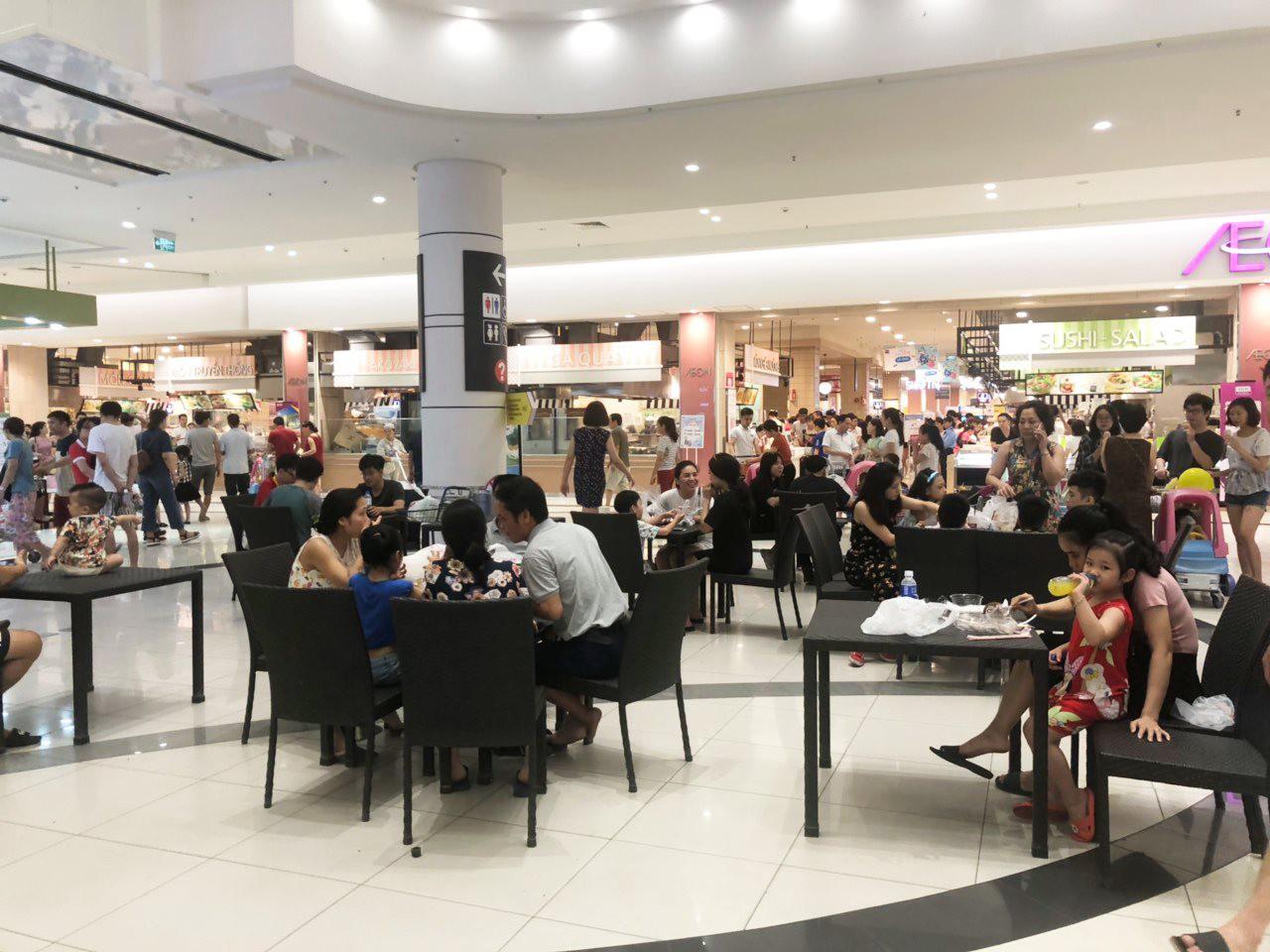 Ảnh 4: Vào trung tâm thương mại tránh nóng - We25.vn