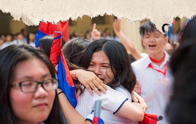 Học sinh lớp 12 khóc như mưa ngày chia tay nhưng liệu vài năm sau họp lớp có ai đi?