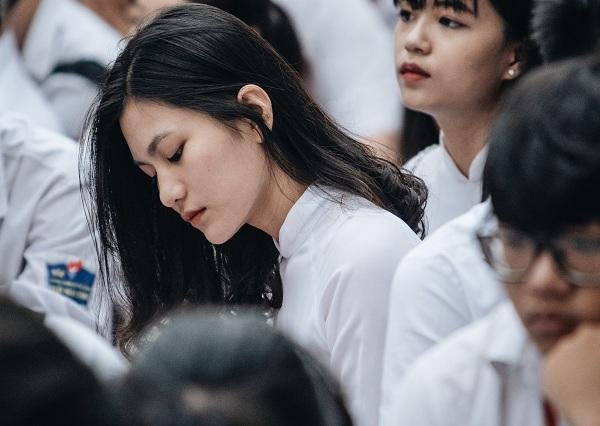 """Bất chấp mưa gió, dàn nữ sinh diện áo dài trắng trường Trần Nhân Tông vẫn """"gây thương nhớ"""""""