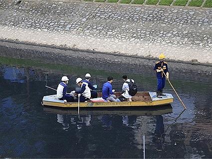 Sau 3 ngày dùng công nghệ Nhật làm sạch nước sông Tô Lịch, mùi hôi giảm nhiều