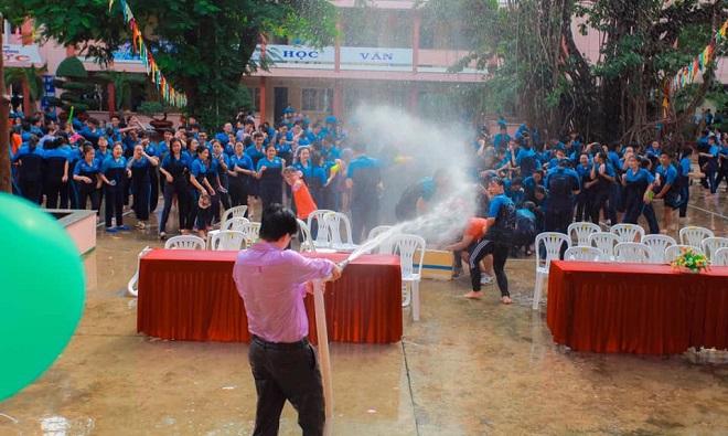 Đại chiến té nước cùng học sinh, thầy hiệu phó mang vòi cứu hỏa chấp toàn trường