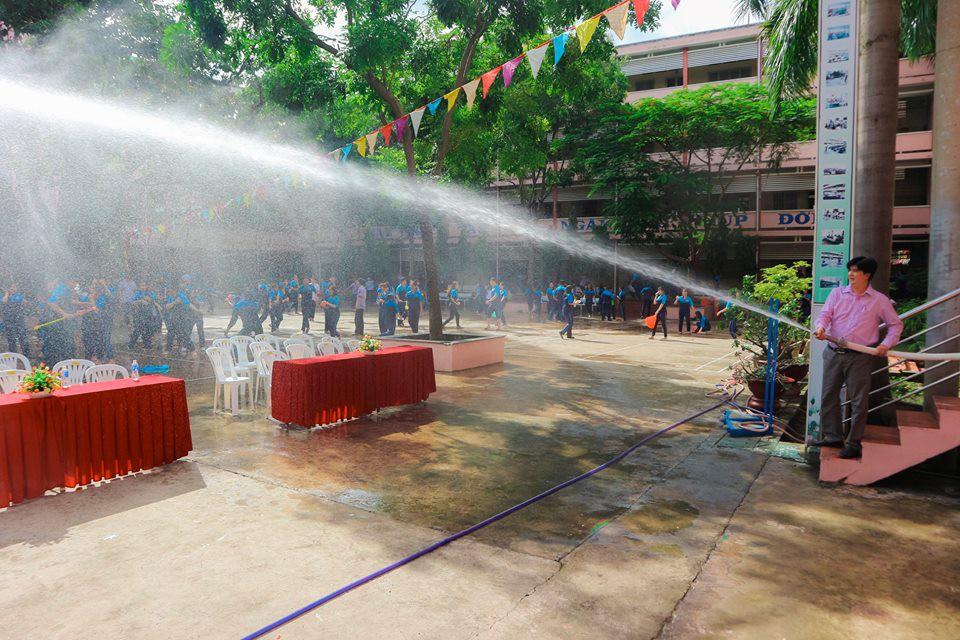 Ảnh 2: Thầy hiệu phó mang vòi cứu hỏa chấp toàn trường - We25.vn