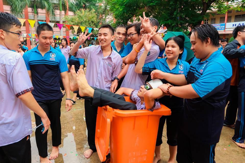 Ảnh 4: Thầy hiệu phó mang vòi cứu hỏa chấp toàn trường - We25.vn