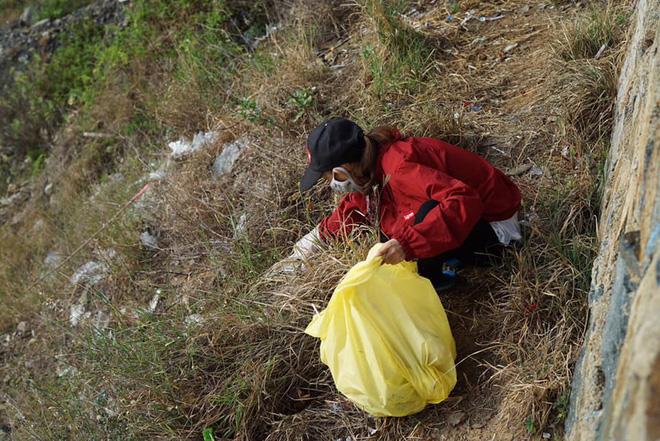 Ảnh 2: Nhóm bạn trẻ đu dây dọn rác - We25.vn