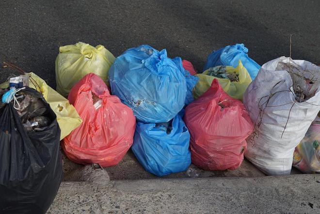 Ảnh 8: Nhóm bạn trẻ đu dây dọn rác - We25.vn