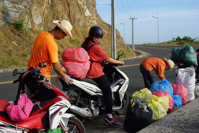 Ảnh 9: Nhóm bạn trẻ đu dây dọn rác - We25.vn