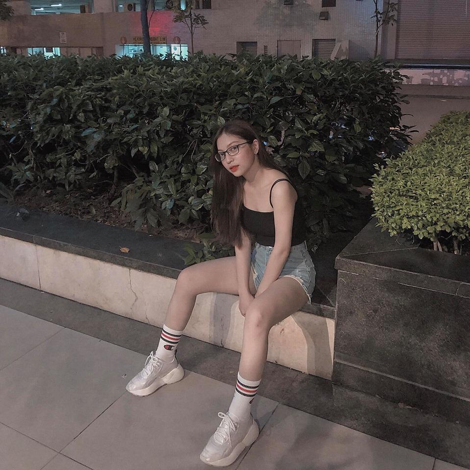 """Mặc quần đùi 5cm đua trend, bạn gái Quang Hải bị """"phũ"""" thẳng: Chân ngắn, dáng ngồi chả ra sao"""