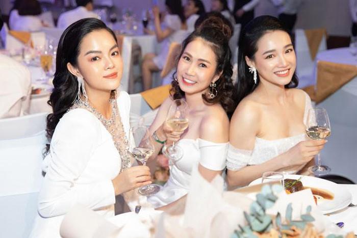 """Chỉ là đi ăn sinh nhật thôi, Phạm Quỳnh Ăn ăn mặc """"át"""" cả nữ chính Nhã Phương"""