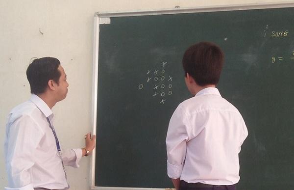 Trầm trồ trước hình ảnh học trò đấu cờ caro với thầy giáo: Nếu thắng liệu có được cộng điểm?