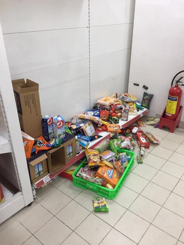 Ảnh 2: Nhân viên Auchan buồn muốn khóc - We25.vn