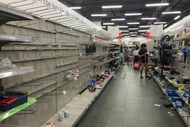Ảnh 6: Nhân viên Auchan buồn muốn khóc - We25.vn