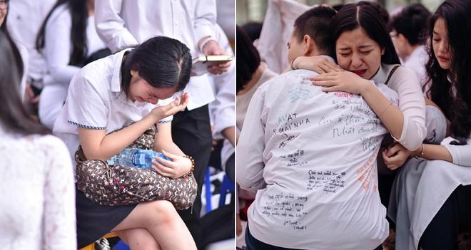Xúc động lễ bế giảng của các trường THPT lớn nhất Hà Nội: Viết vội dòng lưu bút, ôm nhau nức nở nói lời tạm biệt tuổi học trò