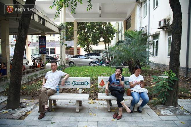 Ảnh 2: Cha mẹ chờ ngoài phòng thi nắng nóng - We25.vn