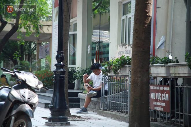 Ảnh 4: Cha mẹ chờ ngoài phòng thi nắng nóng - We25.vn
