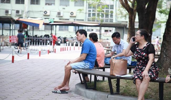 Xót lòng cảnh cha mẹ chờ ngoài phòng thi nắng nóng, thấp thỏm lo âu vì con thi vào trường chuyên
