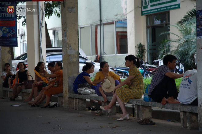 Ảnh 7: Cha mẹ chờ ngoài phòng thi nắng nóng - We25.vn