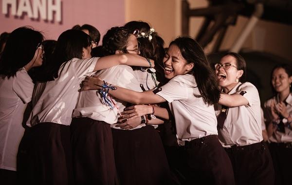 Xúc động khoảnh khắc học sinh trường Nguyễn Thị Minh Khai ôm nhau khóc nức nở giờ phút chia tay