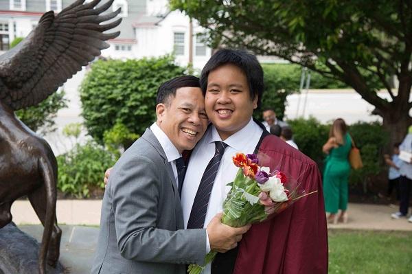 """Bố của thần đồng Đỗ Nhật Nam mừng con trai tốt nghiệp: """"Thiêng liêng hơn tất thảy tiền tài và danh vọng"""""""