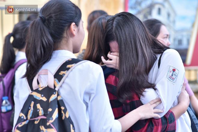 Ảnh 3: Thí sinh và phụ huynh ôm nhau khóc - We25.vn