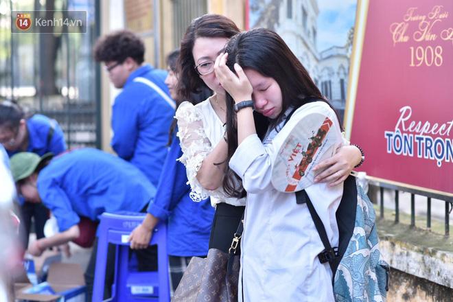 Ảnh 6: Thí sinh và phụ huynh ôm nhau khóc - We25.vn