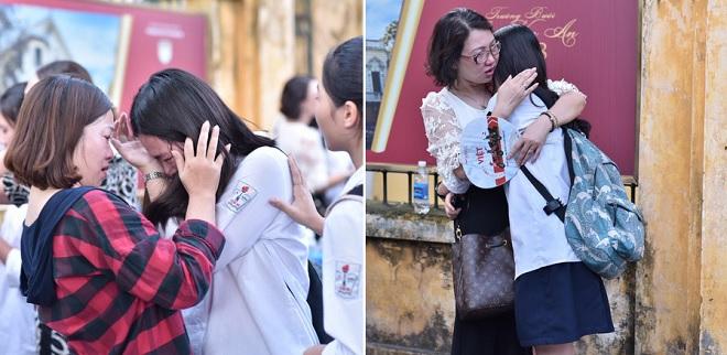Thi vào lớp 10 ở Hà Nội: Thí sinh và phụ huynh ôm nhau khóc nức nở sau khi thi môn Toán