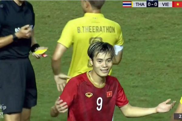 """Văn Toàn tiết lộ lý do """"sốc"""" khi bị ăn thẻ vàng """"oan"""" trong tình huống cầu thủ Thái Lan """"vả"""" Văn Hậu"""