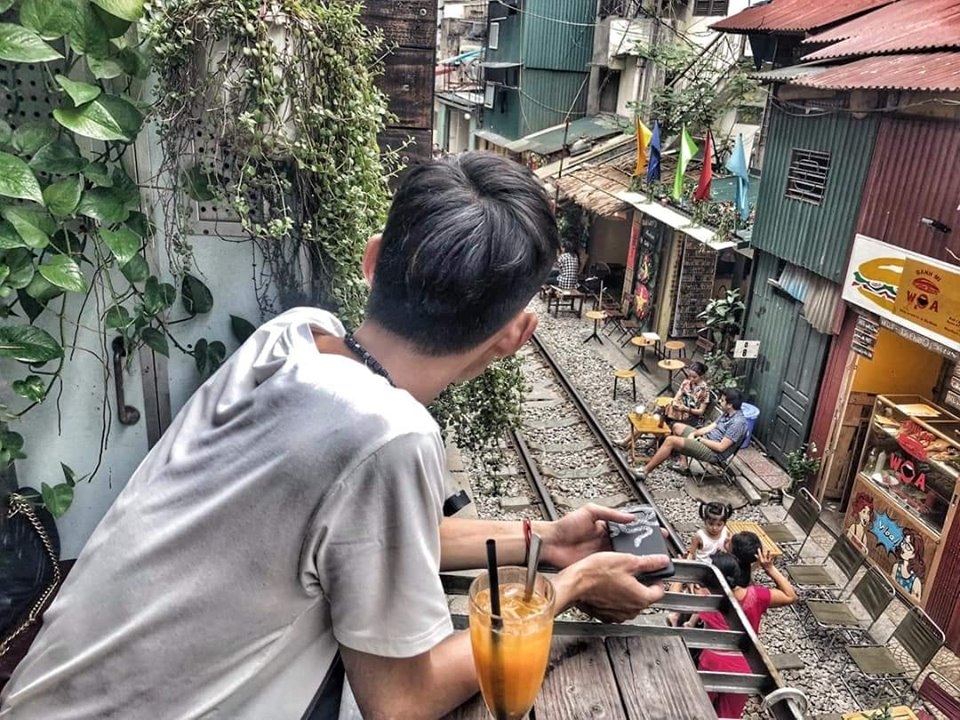 """Lùng ngay quán cafe đường tàu Phùng Hưng có background được các tín đồ """"sống ảo"""" yêu thích nhất"""