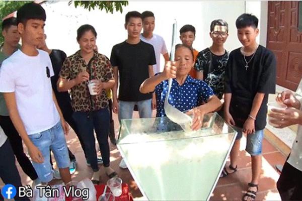 """Bà Tân Vlog tiếp tục """"khuynh đảo"""" MXH khi làm sữa tươi trân châu khổng lồ mừng 1,9 triệu sub sau khi được bật kiếm tiền"""